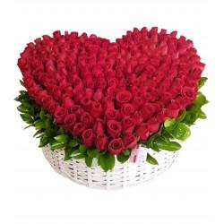 Canasta de rosas de corazon